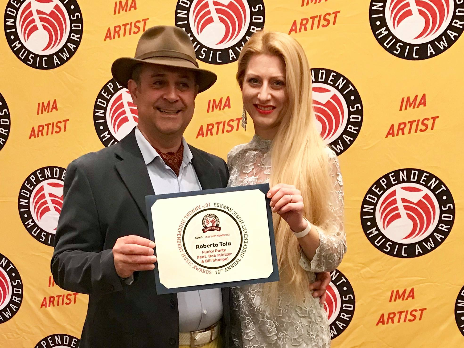 """INDEPENDENT MUSIC AWARDS, ROBERTO TOLA VINCE con """"FUNKY PARTY"""""""