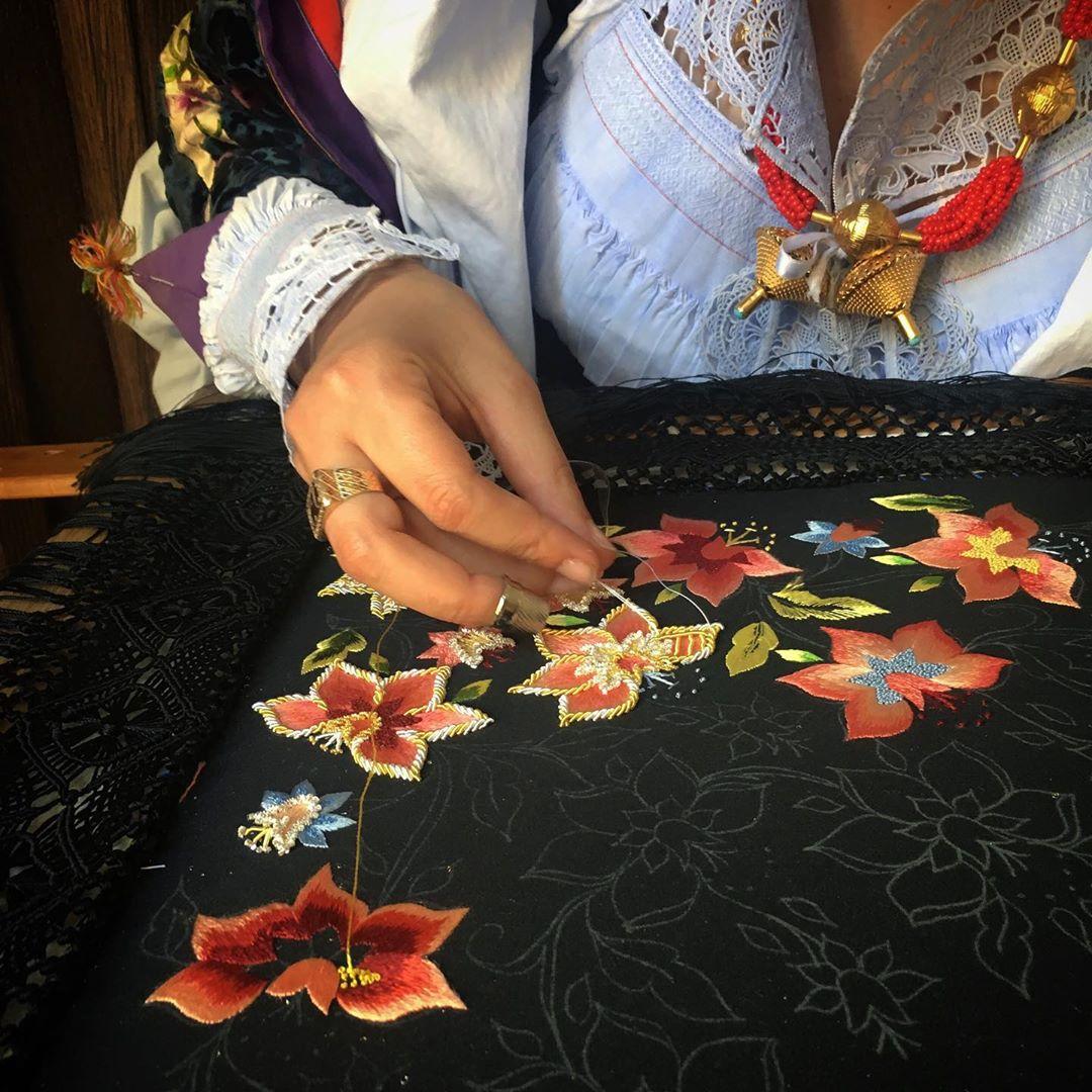 Un particolare dell'abito tradizionale di Oliena