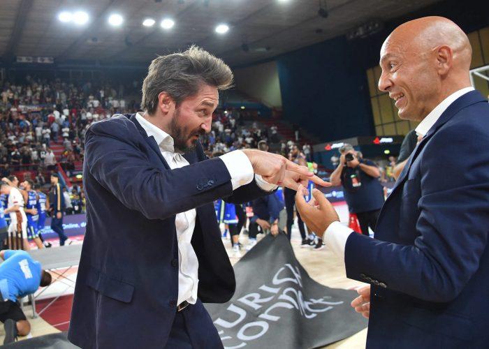 La gioia dell'allenatore Pozzecco e del presidente Stefano Sardara
