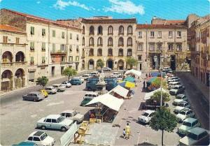 Piazza Tola: storici palazzi, vivaci mercati ed il destino di due fratelli