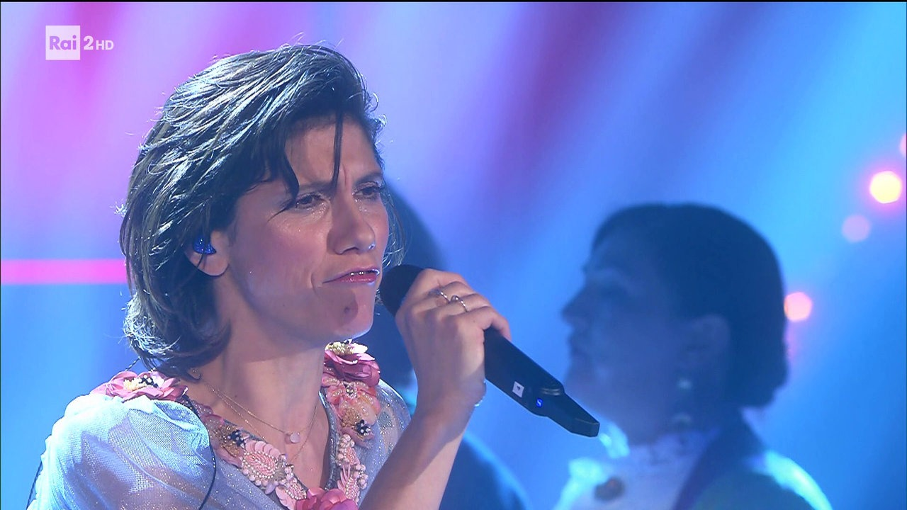 Elisa canta anninnia