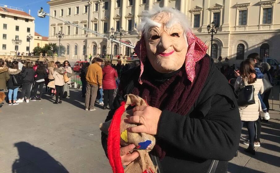 La Befana arriva in piazza d'Italia con la Polizia locale e l'associazione Vespa club