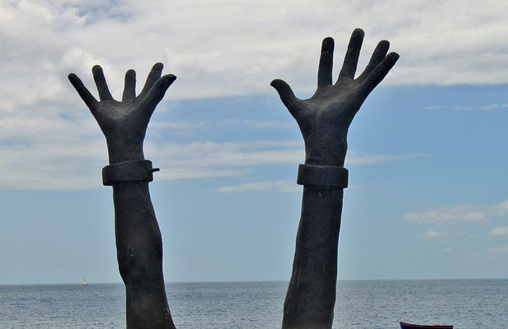 mani catene spezzate