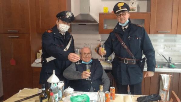 """A 94 anni chiama i carabinieri per un brindisi di Natale: """"Sono Solo in casa"""""""