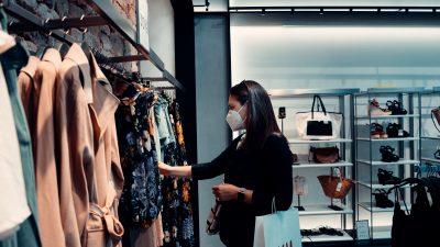 shopping negozio di abbigliamento con mascherina