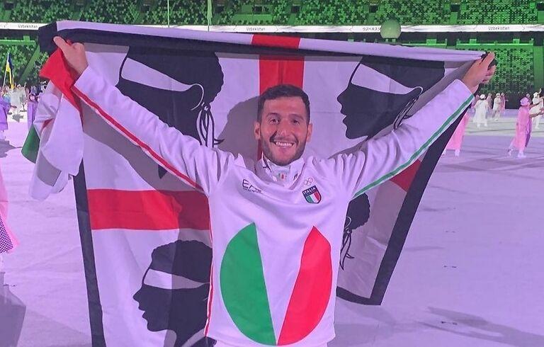 Marco Spissu sventola la bandiera dei 4 mori ai Giochi Olimpici di Tokyo