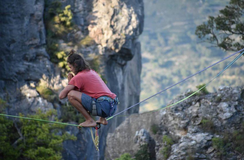Con la testa all'insù, gli equilibristi del cielo sbarcano nel blu della Sardegna